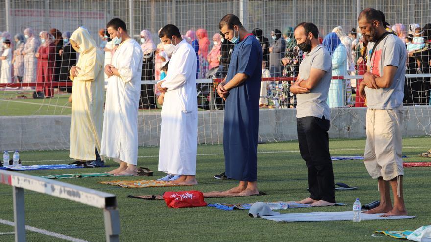 Los musulmanes de la Región compran miles de corderos vivos por su gran día