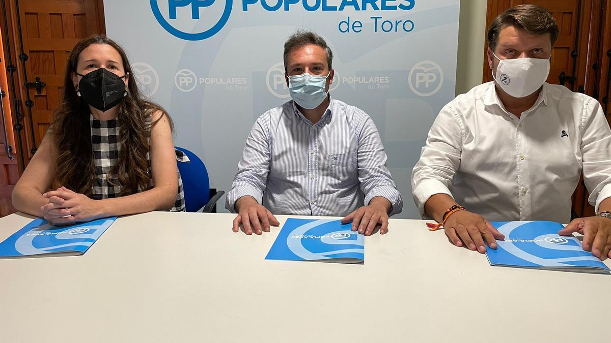 Los concejales del PP, en su sede de Toro