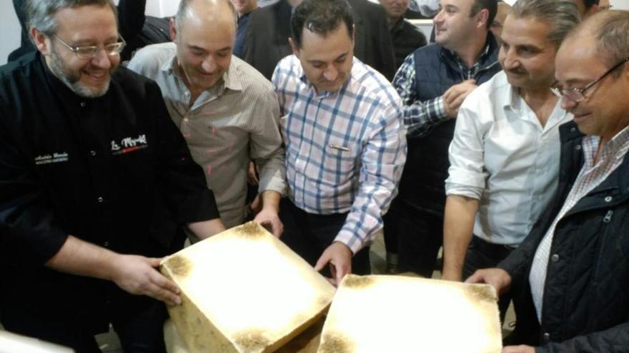 Cortan en Valencia el mayor queso de España
