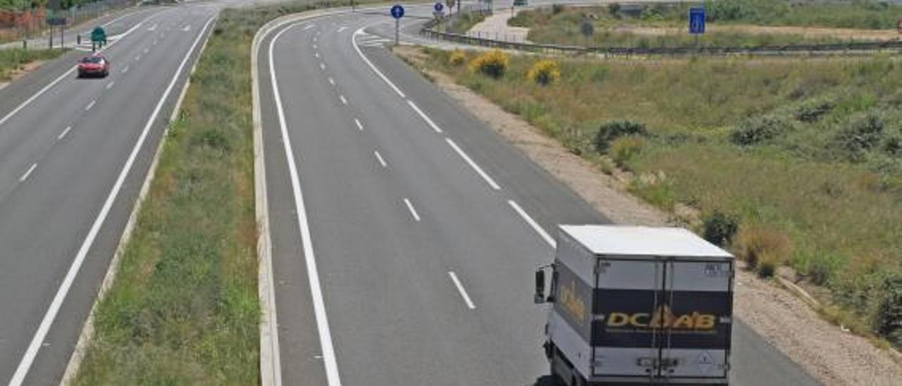 Un camión circula por la carretera CV-60 a su paso por la Safor.   XIMO FERRI