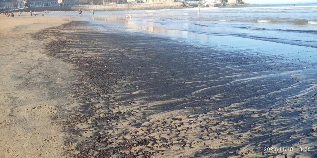 Aparecen grandes manchas negras en la playa de San Lorenzo