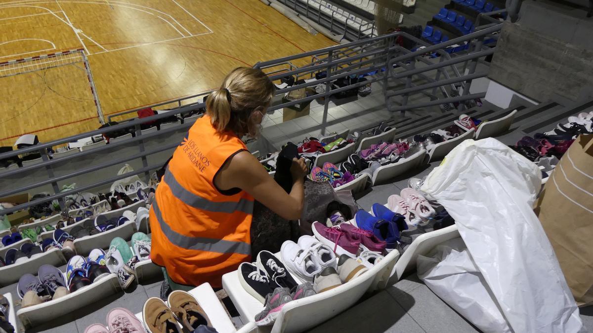 La población de La Palma dona ropa, calzado y muelles para los que han perdido su casa.