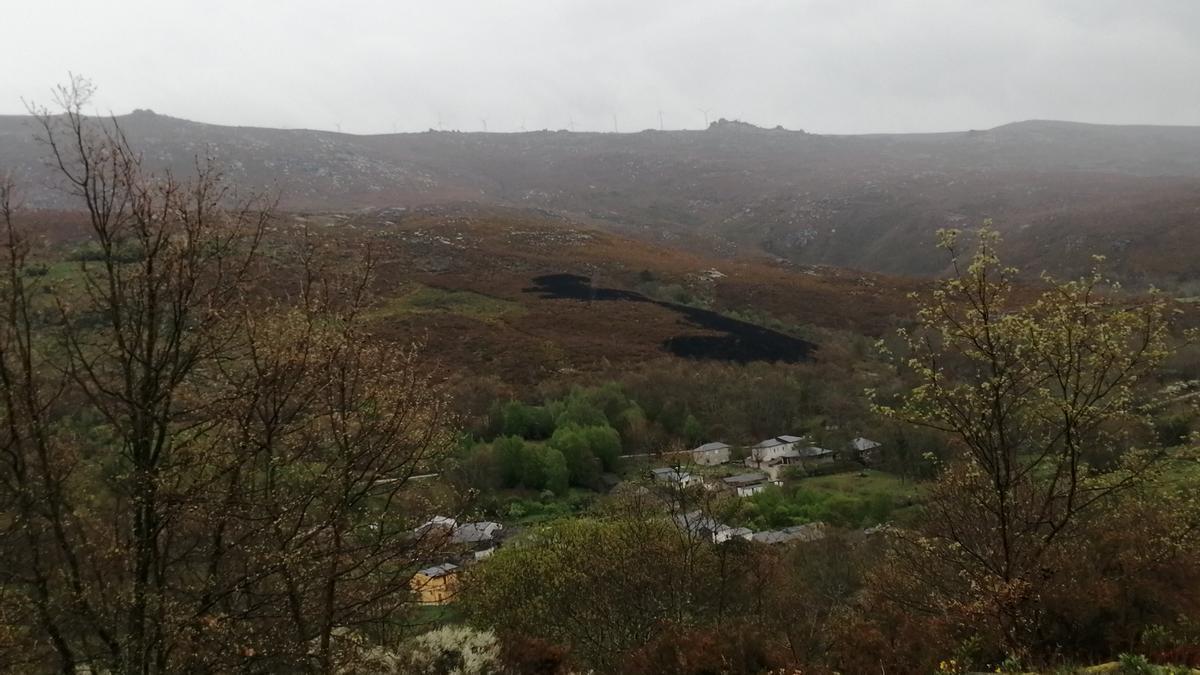 Zona del monte de Castrelos afectada por el fuego que provocó un rayo