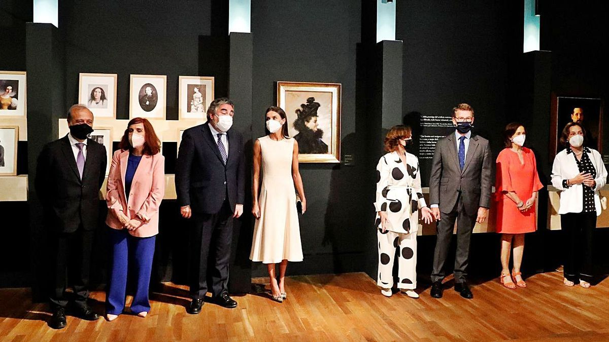 La Reina Letizia (c.) con Uribes, Calvo y Núñez Feijóo, en la inauguración de la muestra en Madrid.     // EFE