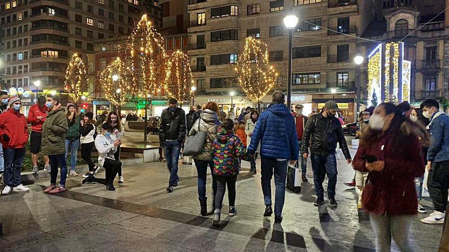 Plazas y calles llenas al reclamo de luces y compras