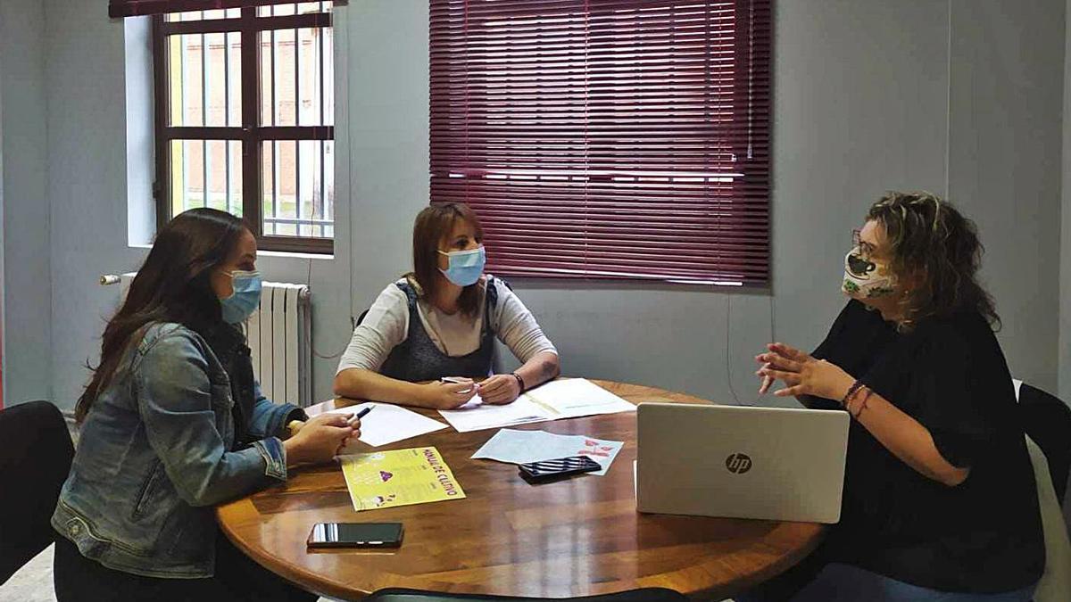 Ángela Troitiño, Sara Blanco y Carmen Dourado, durante su reunión.