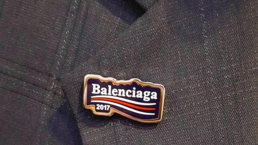 ¿Le ha 'robado' Balenciaga el logo a Bernie Sanders?