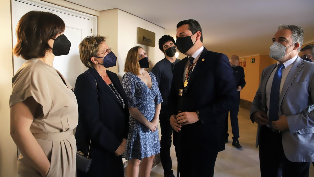 José María Bellido y Elías Bendodo saludan a la viuda e hijos de Julio Anguita