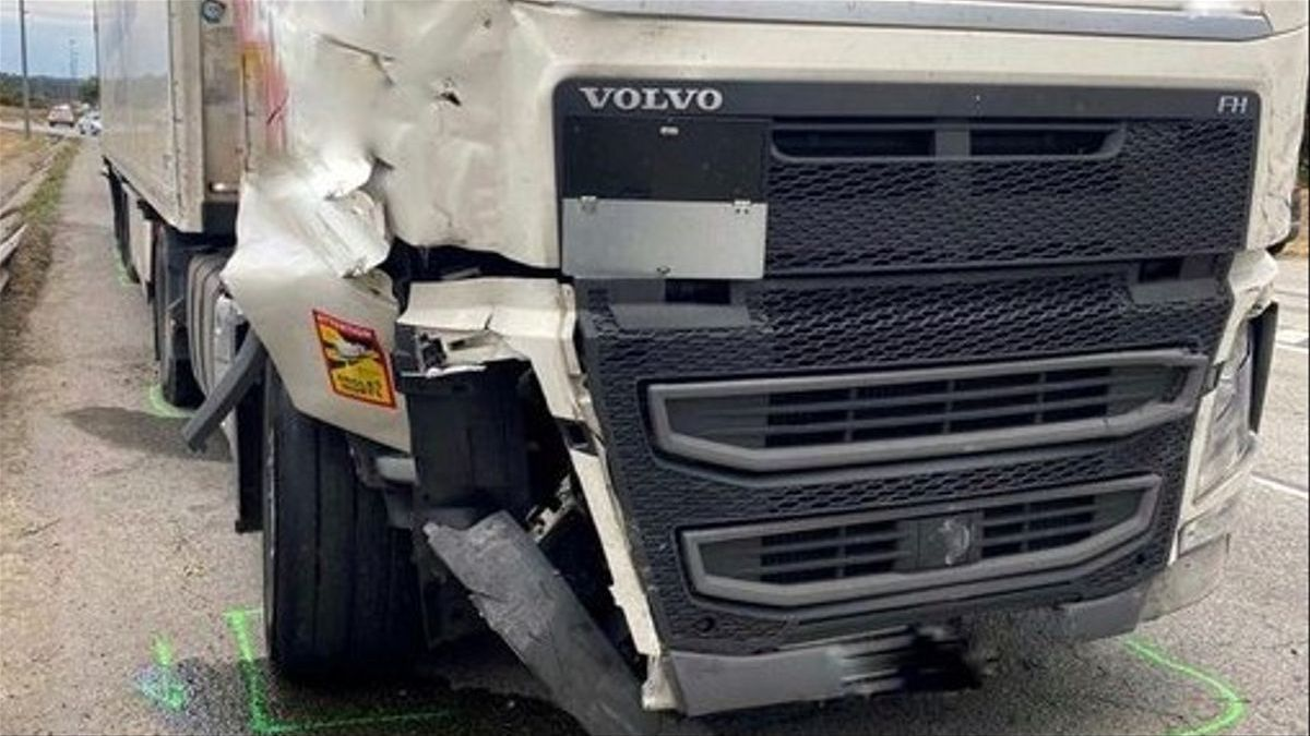Así ha quedado el camión del conductor que ha matado a otro camionero atropellándolo tras una discusión de tráfico en La Jonquera.