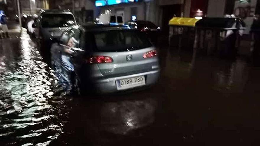 Las aguas fecales y las pluviales anegan calles, negocios y garajes en O Grove