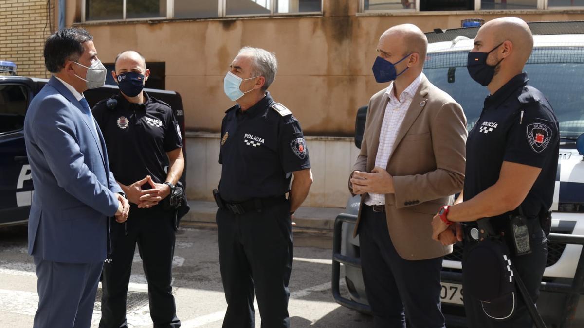 El alcalde felicita a los agentes que salvaron al joven.