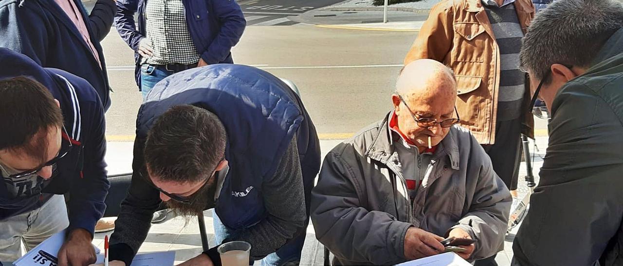 Los vecinos de Benimàmet recogieron 4.300 firmas en favor de la Entidad Local Menor. | LEVANTE-EMV