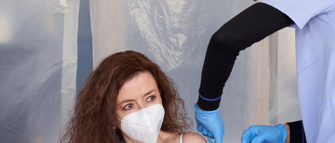 Una mujer recibe la vacuna contra el coronavirus en un centro de atención primaria.