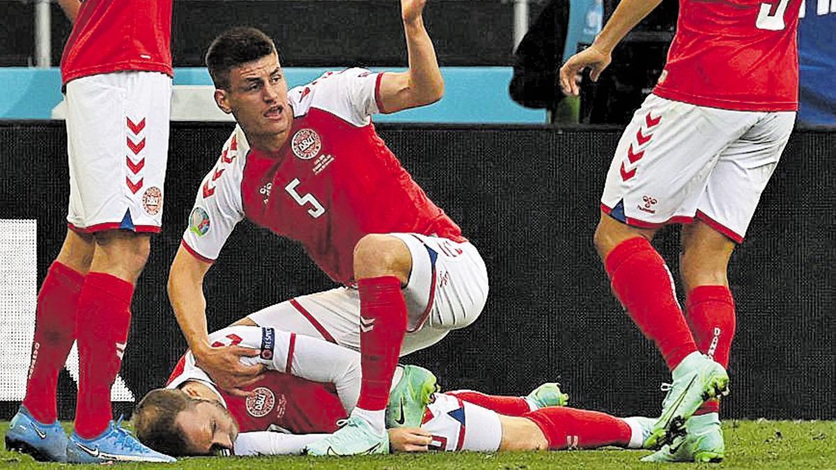 Momento en el que el jugador danés sufrió un paro cardiaco.