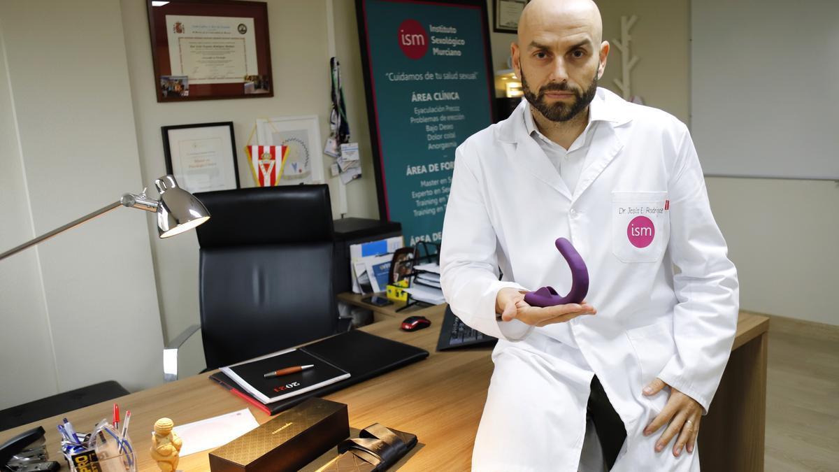 El doctor Rodríguez sostiene el aparato para la terapia.