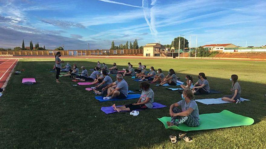 La AECC de Toro imparte en Vezdemarbán una masterclass de yoga
