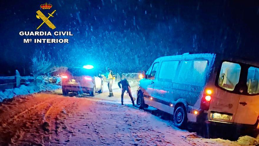 Auxilian a dos personas mayores atrapadas por la nieve en una carretera de Rodeiro