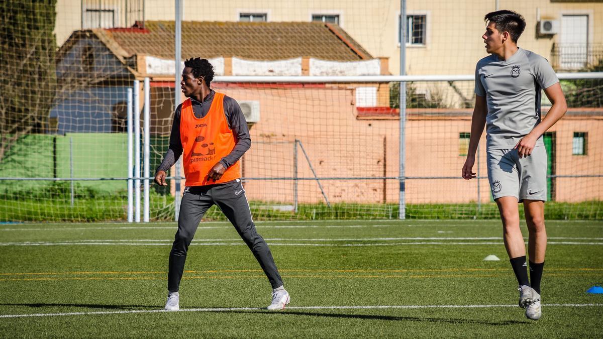 Jugadores del Montijo durante un entrenamiento de esta semana.