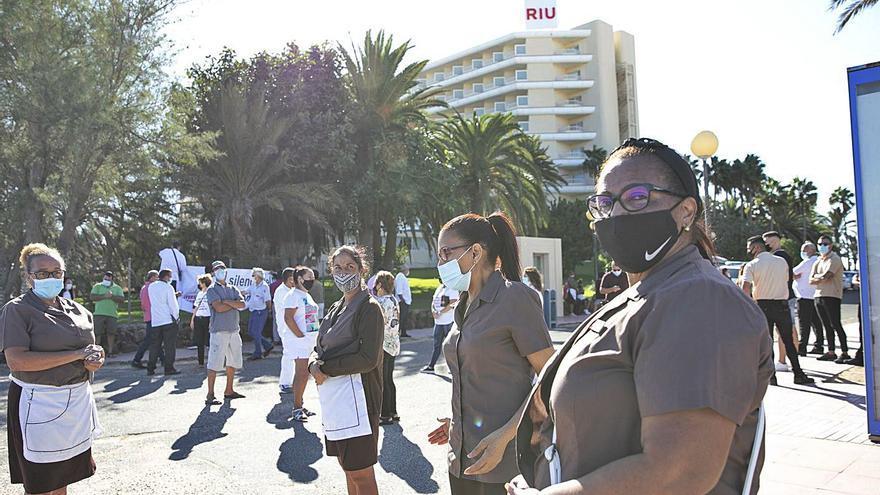 El Cabildo exige al Estado que acabe con la angustia de la plantilla del Oliva Beach