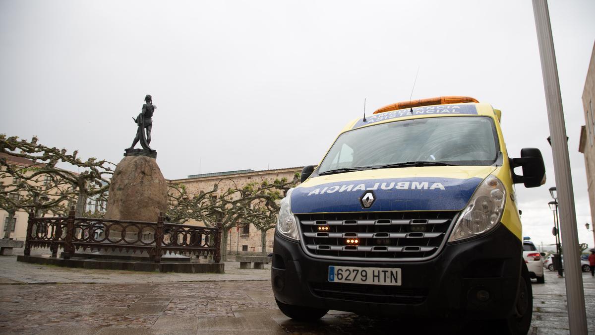 Una ambulancia en la plaza de Viriato de Zamora.