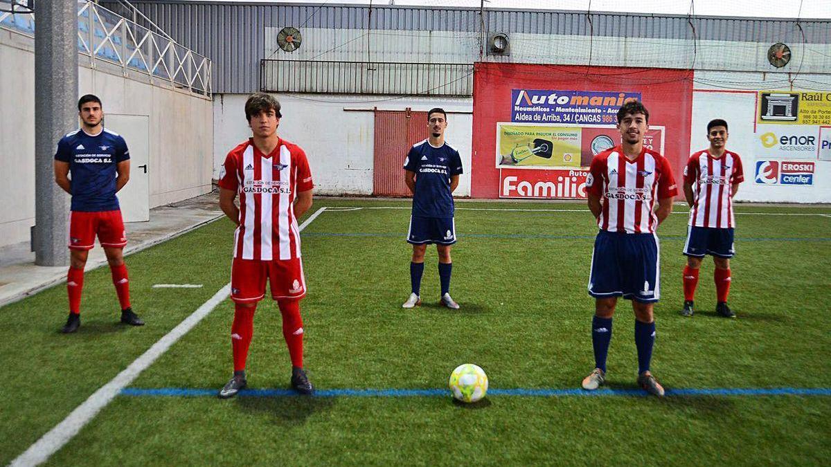 Los cinco nuevos futbolistas del Alondras, ayer en el campo de O Morrazo.