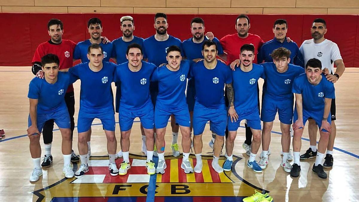 Foto de equipo  del Atlético Benavente antes de enfrentarse al Barcelona B. | Cedida