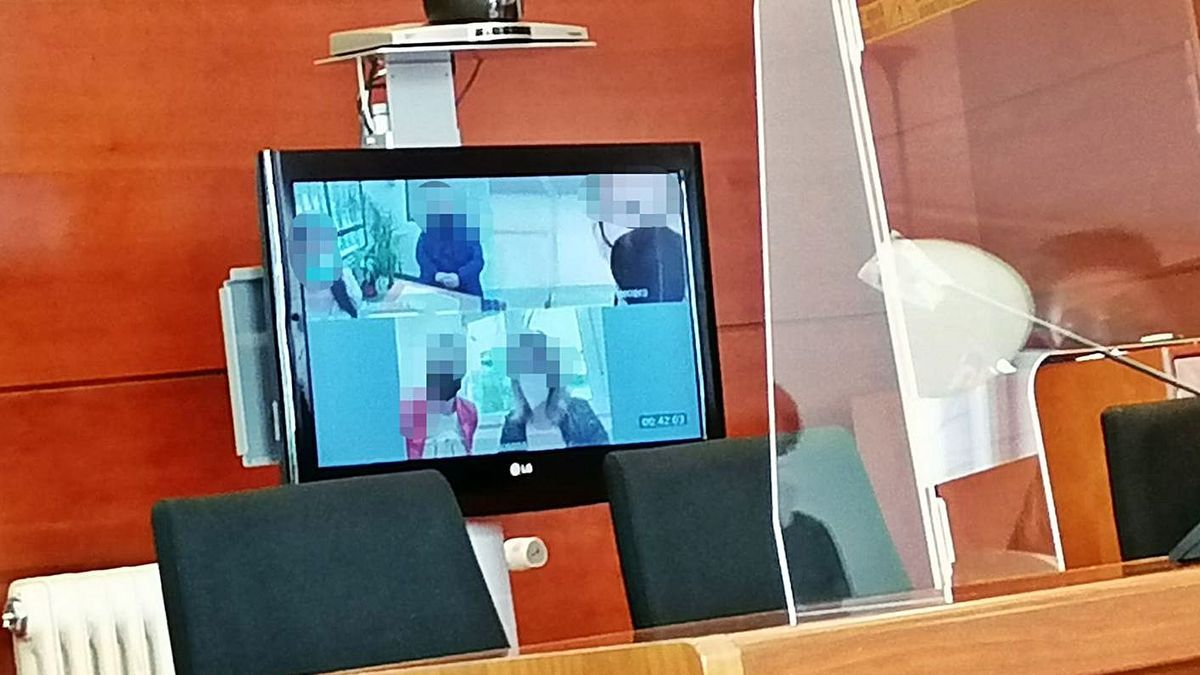 Los acusados comparecen con sus abogadas vía telemática en el juicio celebrado en Zamora.
