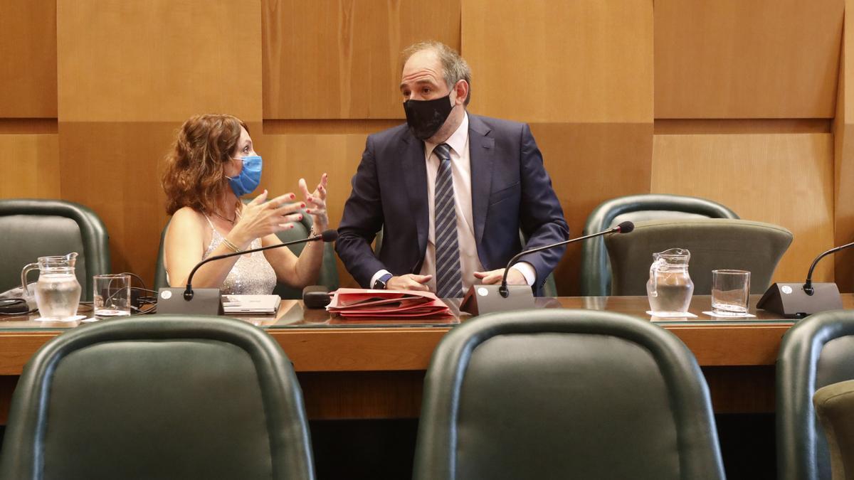 La concejala de Economía, Carmen Herrarte (Cs), este pasado jueves conversando con el concejal delegado de personal, Alfonso Mendoza (PP).