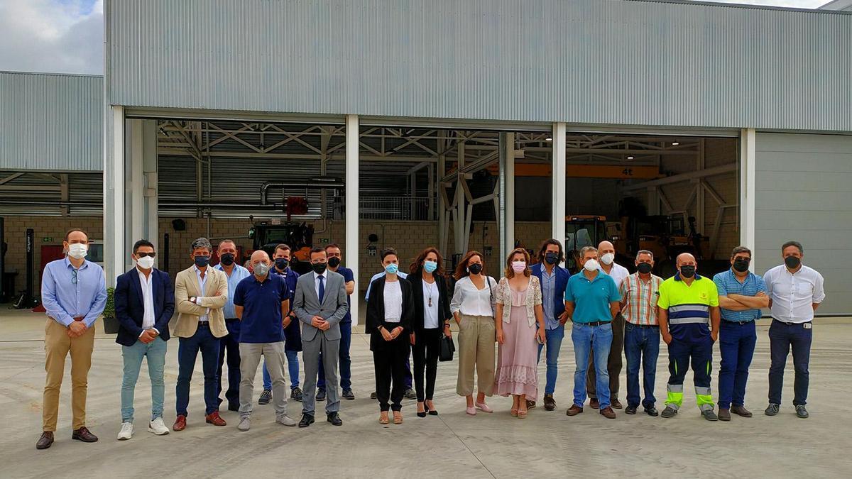 El presidente de la diputación, junto a diputados, gestores y empleados de la nueva sede de Promedio