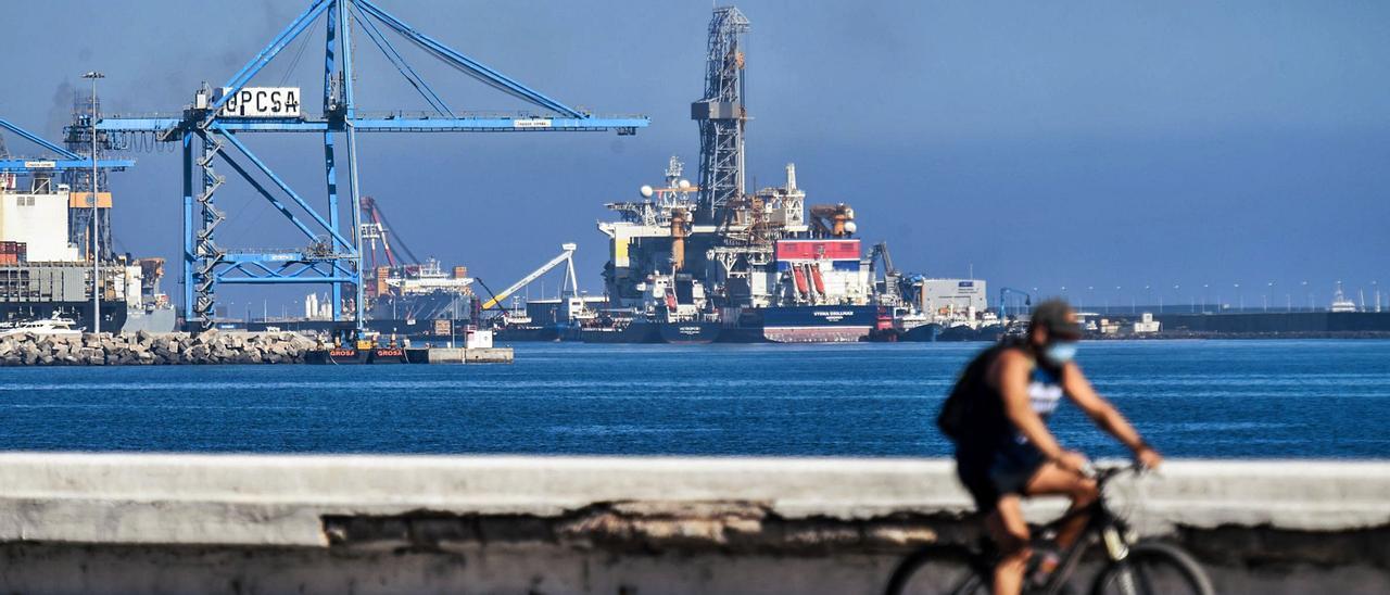 El 'Stena Drillmax' recibe combustible de la gabarra 'Petroport' en el muelle Reina Sofía del Puerto de Las Palmas.     JUAN CASTRO