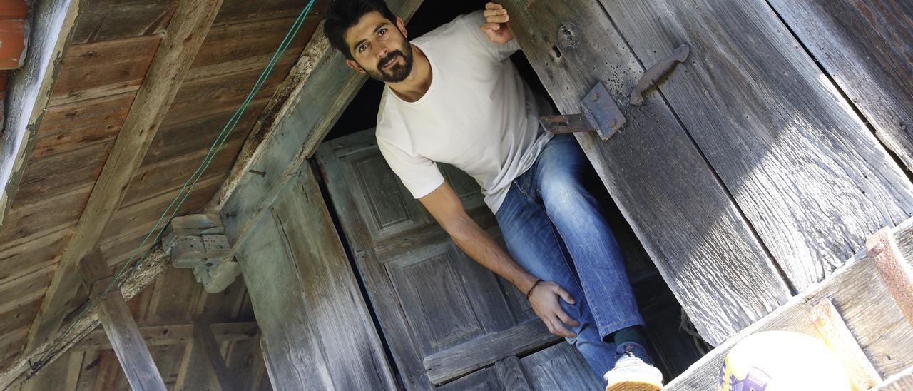 Manu Fernández, en el hórreo de su casa de Arroes, en el concejo de  Villaviciosa.
