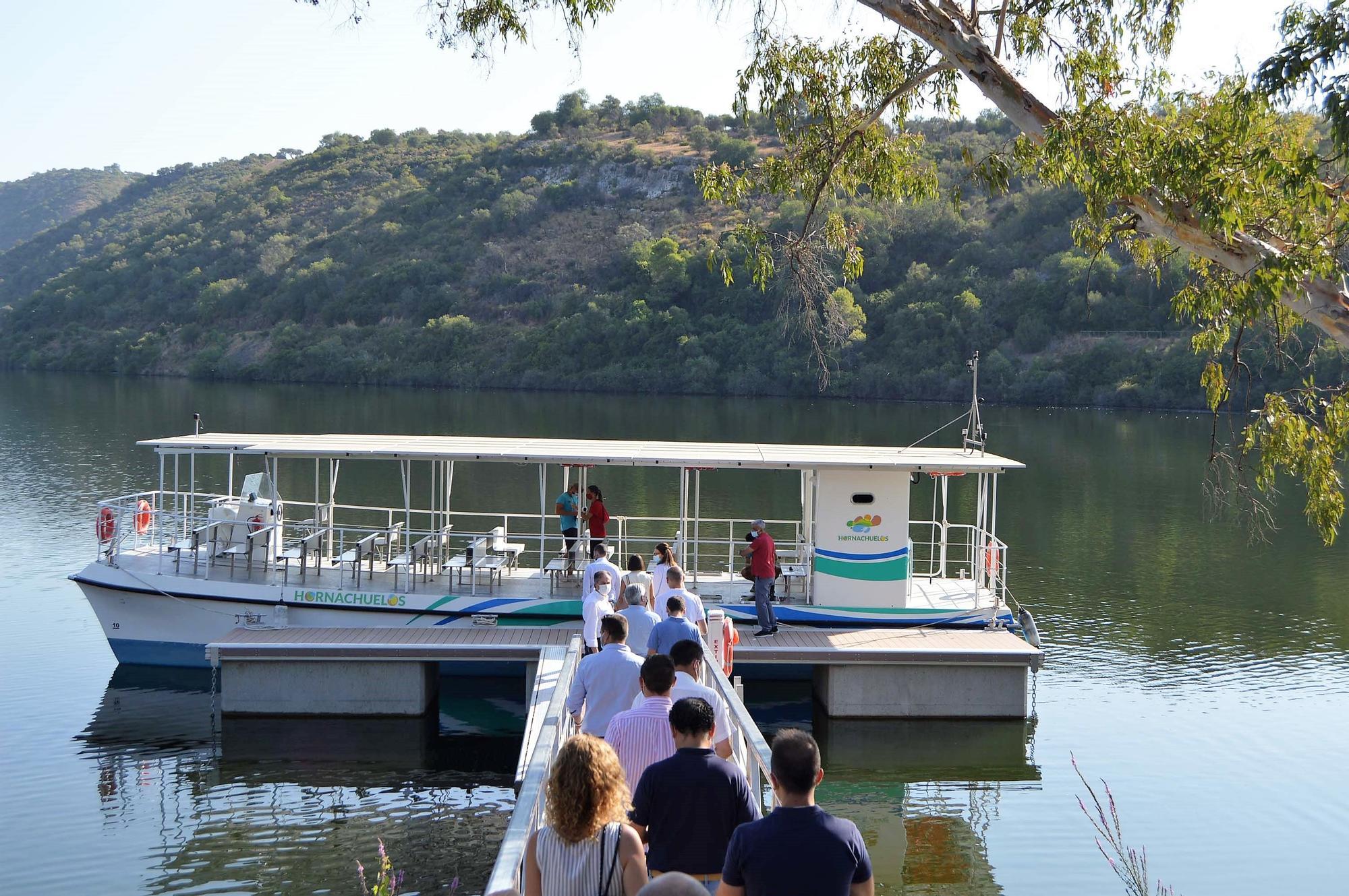 El barco solar de Hornachuelos realiza su paseo inaugural