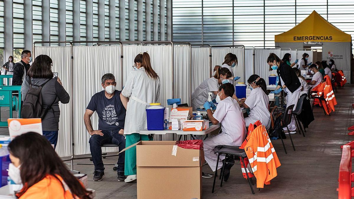Diez líneas de vacunación con capacidad de una inyección por minuto, trabajan simultáneamente en el vacunódromo de Ifeza.