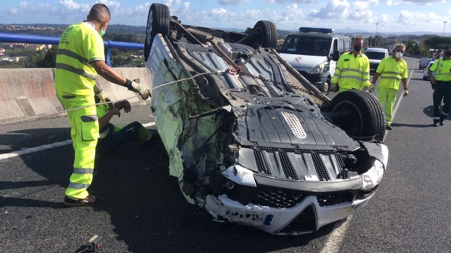 Dos heridos tras una colisión con un coche volcado en el vial de Alvedro a la AC-14