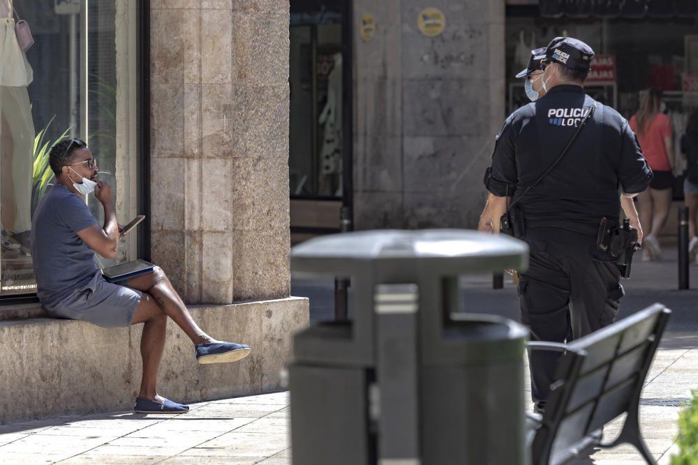 Los ciudadanos cumplen con la mascarilla el primer día de multas