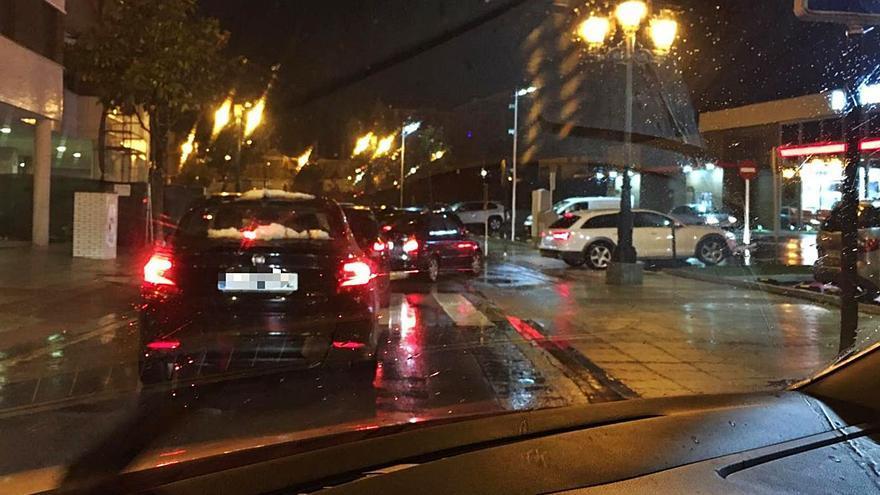 Acusan a un nuevo local de comida rápida de Oviedo de colapsar el tráfico en una zona de La Corredoria