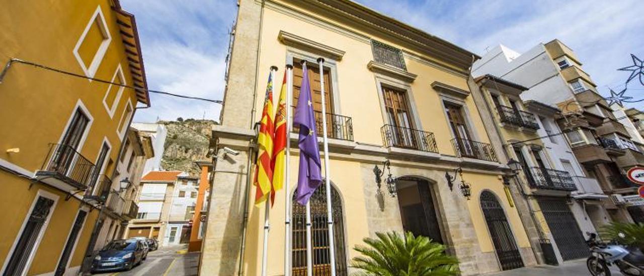 Fachada del edificio histórico de la casa consistorial de Cullera, municipio que presume de haber embridado la deuda. | LEVANTE-EMV