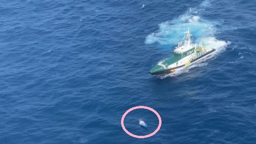 Así ha rescatado la patrullera de la Guardia Civil un kayak a la deriva entre Lanzarote y Fuerteventura