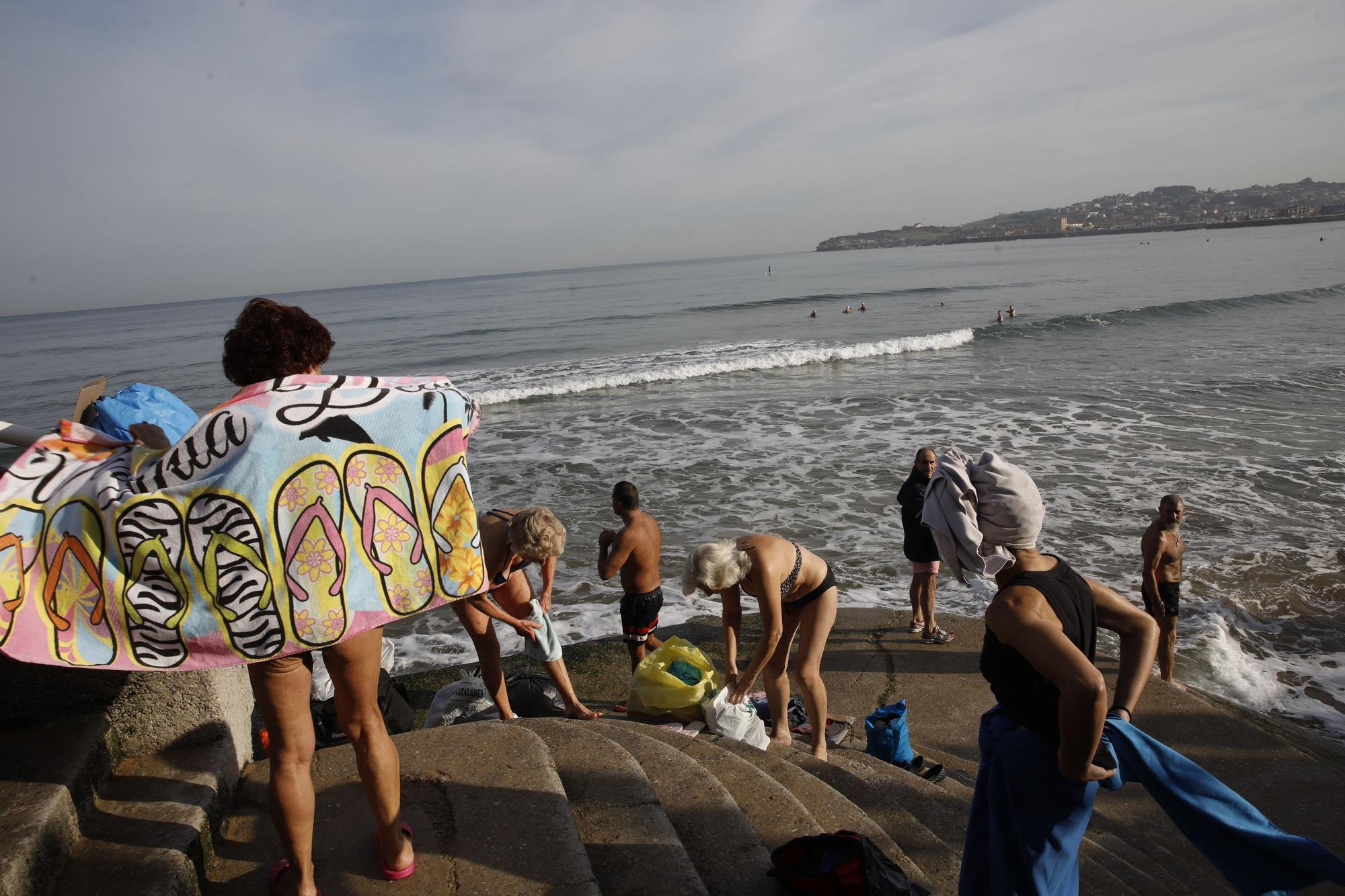 Los ba�istas de la Escalerona, en la playa de San Lorenzo (2).jpg