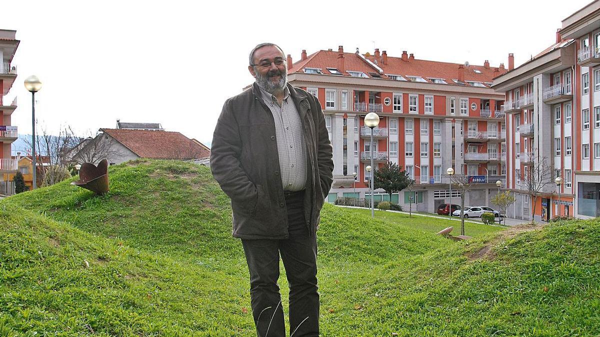 Xosé Manuel Millán, nos xardíns do barrio  do Rosal nunha  das súas últimas  entrevistas como edil.      // G. NÚÑEZ