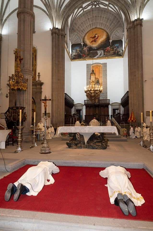 José Mazuelos ofició ayer sus primeras ordenaciones en  la catedral de Santa Ana