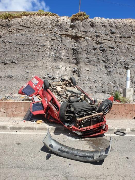 Un vehículo se precipita por una ladera hasta caer destrozado en la vía