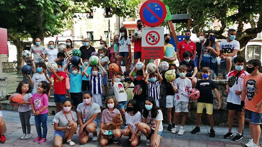 Recogen firmas contra la prohibición de jugar al balón en zonas de Ribadesella