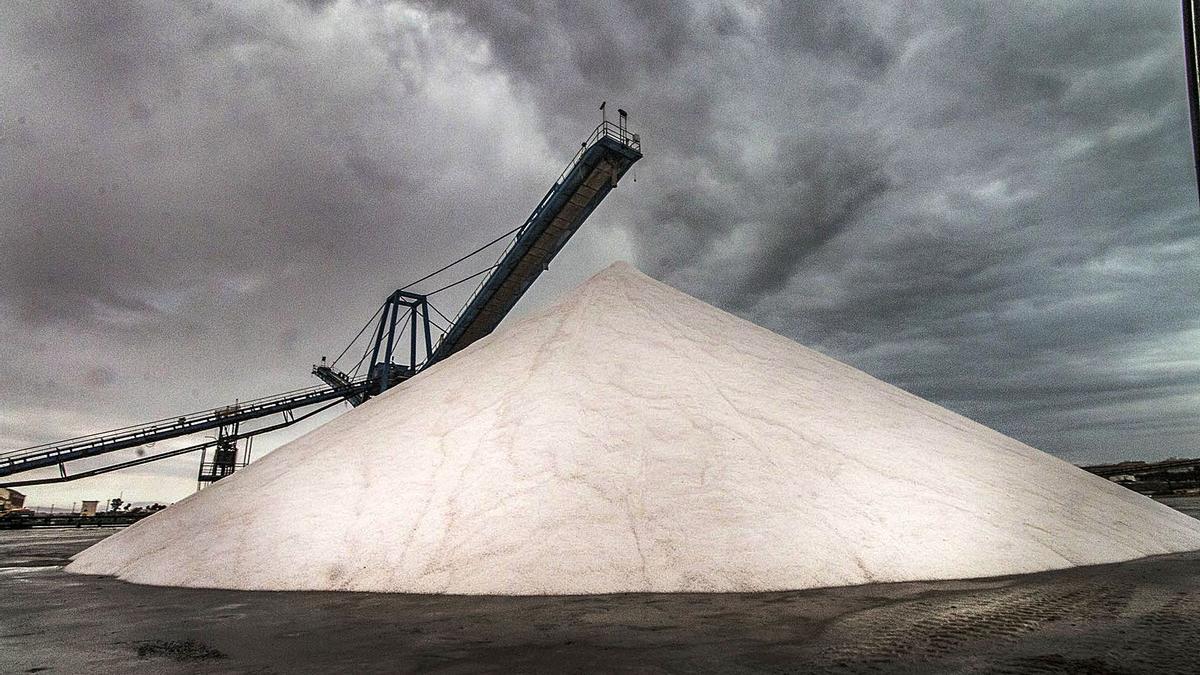 Imagen de una de las montañas de sal que caracteriza el paisaje de la zona industrial junto a la laguna de Torrevieja.