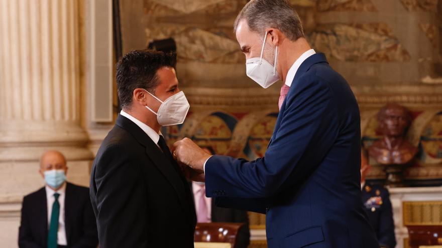 El Rey condecora al investigador murciano Esteban Orenes con la Orden del Mérito Civil
