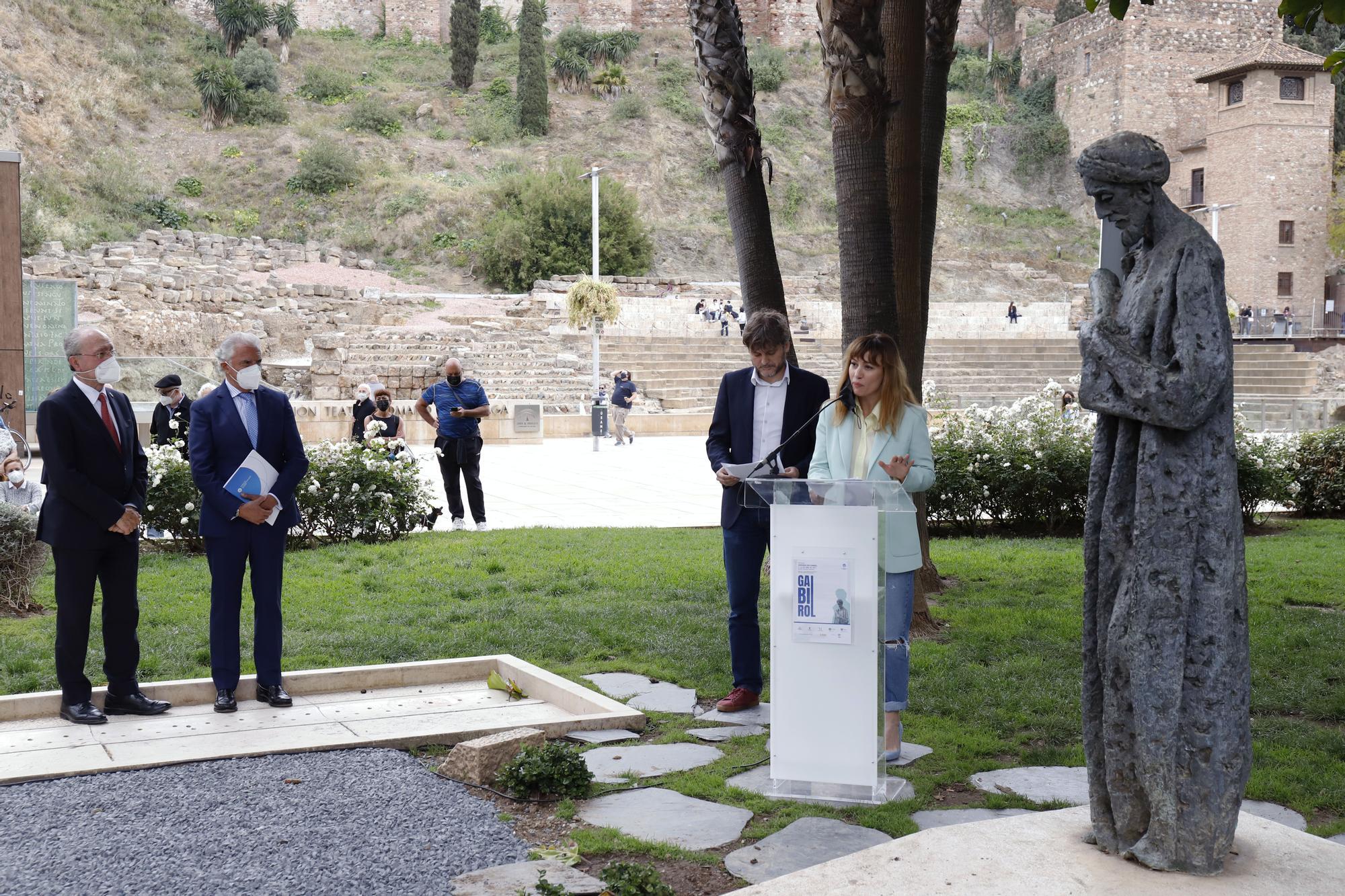 Ofrenda floral al monumento de Ibn Gabirol en Málaga