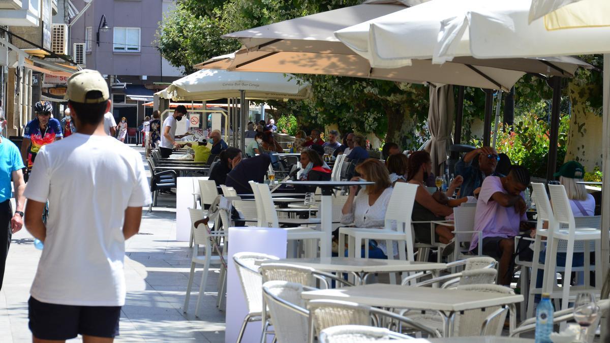 Una imagen de archivo de este mes de julio de terrazas en el centro de Cangas.