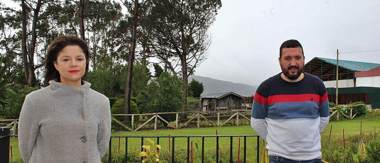 Ana Acevedo y Elio Fernández, ayer, en Ortiguera (Coaña).   T. Cascudo