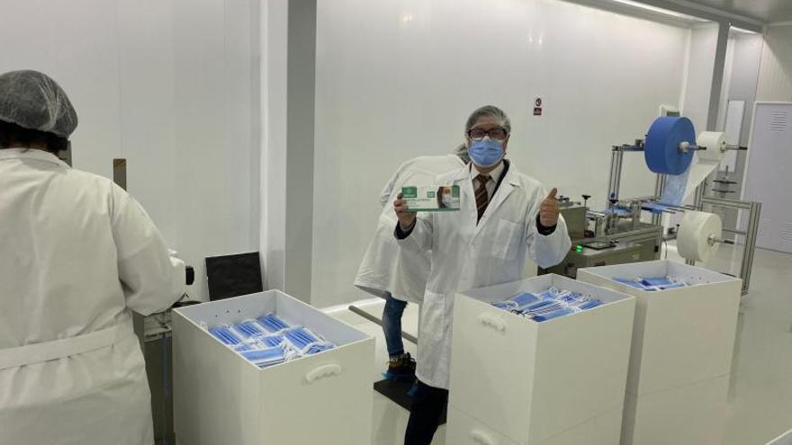 Una empresa de Tui fabrica mascarillas quirúrgicas con una filtración de casi el 100%