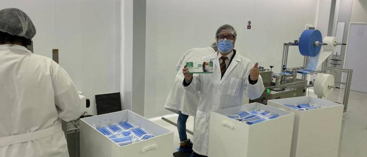 Roberto Lira, gerente de Aeprotec, en la planta de fabricación de mascarillas, en Tui.